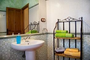 Detalle toallero y lavamanos.